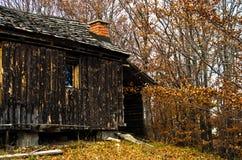 在秋天日落的老木客舱, Bobija山 免版税库存照片