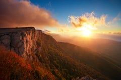 在秋天时间的美好的山风景在日落期间 免版税库存图片