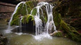 在秋天时间英尺长度,罗马尼亚的举世闻名的Bigar瀑布 影视素材