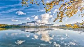在秋天期间的华美的阿拉斯加的山湖在Kenai penins 库存照片