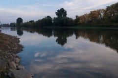 在秋天期间的河视图 库存照片