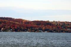 在秋天期间的湖在Chalevoix 库存照片