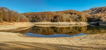 在秋天期间,山采取颜色 免版税库存照片
