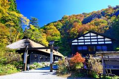 在秋天期间,著名Tsurunoyu onsen ryokan 免版税库存图片
