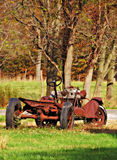 在秋天期间的一个生锈的葡萄酒车身 库存照片