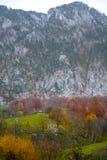 在秋天期间的山客舱 库存照片