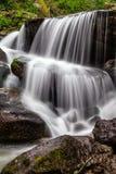 在秋天期间的瀑布 库存照片