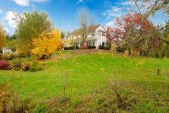 在秋天期间的白马农厂美国房子与绿草。 库存图片