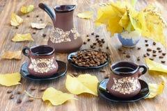 在秋天样式的创造性的桌服务 免版税库存图片