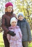 在秋天森林里照顾拥抱儿子,女儿 库存照片
