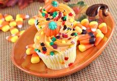 在秋天欢乐设置的万圣夜杯形蛋糕 免版税图库摄影