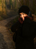 在秋天步行期间的美丽的女孩 免版税库存图片