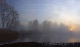在秋天池塘的冷的日出 库存图片