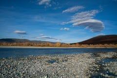 在秋天河的双突透镜的云彩 免版税库存图片