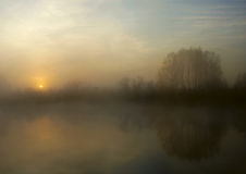 在秋天湖的冷的日出 免版税库存图片
