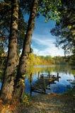 在秋天湖的老渔平台 库存图片