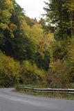 在秋天的乡下公路 免版税库存图片