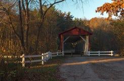 在秋天的俄亥俄被遮盖的桥 图库摄影