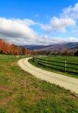 在秋天的农场马路 库存照片