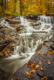 在秋天的小瀑布 免版税库存图片