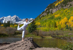 在秋天的瑜伽实践 免版税库存照片