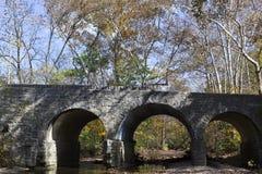 在秋天的石桥梁 免版税库存图片