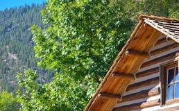 在秋天的老原木小屋 库存照片
