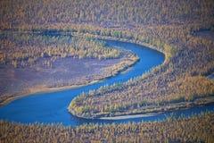 在秋天的西伯利亚河和落叶松属taiga 库存图片