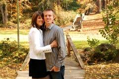 在秋天的逗人喜爱的夫妇 免版税图库摄影