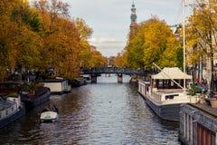 在秋天的阿姆斯特丹运河 免版税库存图片