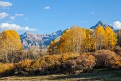 在秋天的风景山 免版税库存图片