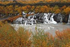 在秋天的Hraunfossar瀑布 库存照片