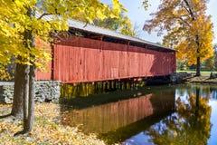 在秋天的Irishmans被遮盖的桥 免版税库存照片