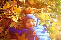 在秋天秋天的愉快的小男孩乐趣 库存照片