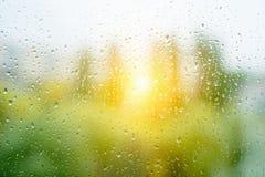 在秋天窗口,日落背景的大雨珠 库存照片