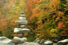 在秋天背景的石头 免版税库存图片