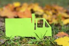 在秋天背景的绿色载重汽车 友好的Eco 免版税图库摄影