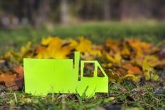 在秋天背景的绿色载重汽车 友好的Eco 免版税库存照片