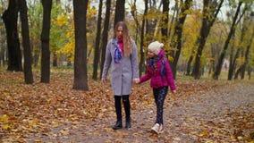 在秋天自然的轻松的妈妈和女儿接合 影视素材