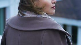 在秋天街道上的年轻沉思女性身分,遭受的寂寞,悲伤 股票视频