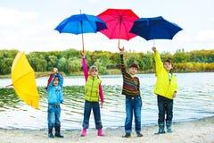 在秋天衣物的孩子 免版税库存图片