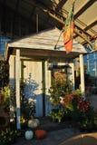 在秋天装饰的木庭院棚子 免版税库存照片