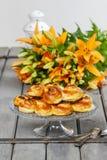 在秋天设置的传统瑞典小圆面包。番红花小圆面包 免版税库存照片