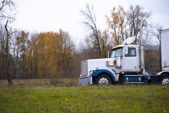 在秋天路的大半船具卡车拖车 免版税库存照片