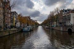 在秋天都市风景的阿姆斯特丹运河 免版税库存照片