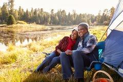 在秋天野营的资深夫妇 免版税库存照片