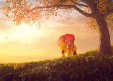 在秋天阵雨下的孩子 图库摄影