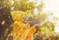 在秋天雨下的孩子 免版税图库摄影