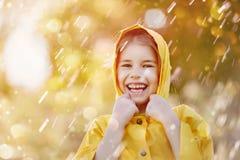 在秋天雨下的孩子 库存图片