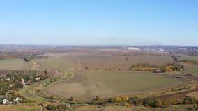 在秋天领域中间的农场 鸟瞰图 影视素材